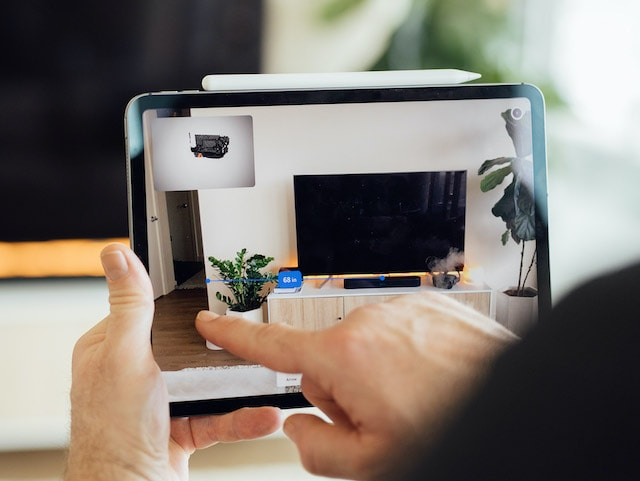 An onsite contractor uses Streem's built-in augmented reality tools to measure a wall